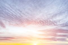 Nubes púrpuras y anaranjadas durante puesta del sol Imagen de archivo