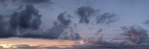 Nubes púrpuras y anaranjadas en la puesta del sol fotos de archivo libres de regalías