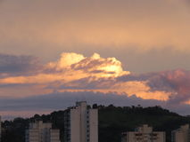 Nubes pesadas en puesta del sol detrás de la montaña Foto de archivo libre de regalías