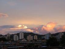 Nubes pesadas en puesta del sol detrás de la montaña Fotos de archivo