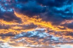Nubes pesadas hermosas azules y de color naranja imagenes de archivo