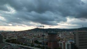 Nubes pesadas oscuras sobre la ciudad de Barcelona metrajes