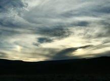Nubes plumosas de la puesta del sol de la salida del sol sobre el cielo azul y amarillo Fotos de archivo