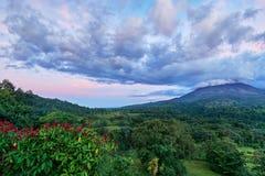 Nubes potentes del cielo y cielo dramático sobre el volcán de Arenal en el La Fortuna en Costa Rica imagen de archivo libre de regalías