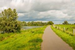 Nubes que amenazan sobre un paisaje holandés del pólder Fotografía de archivo