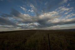 Nubes que apresuran a lo largo del cielo sobre una cumbre en el Drakensberg Suráfrica Fotografía de archivo