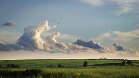 Nubes que asoman sobre campos Imagen de archivo