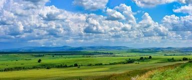 Nubes que flotan en el cielo azul Foto de archivo