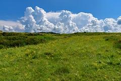Nubes que flotan en el cielo azul Imagenes de archivo