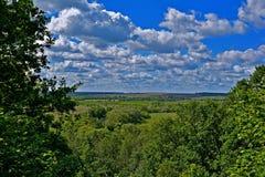 Nubes que flotan en el cielo azul Imagen de archivo
