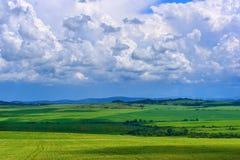 Nubes que flotan en el cielo azul Imagen de archivo libre de regalías