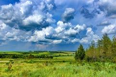 Nubes que flotan en el cielo azul Foto de archivo libre de regalías