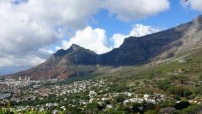 Nubes que fluyen alrededor de la montaña Cape Town de la tabla almacen de video