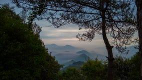 Nubes que fluyen sobre las montañas Fotografía de archivo libre de regalías