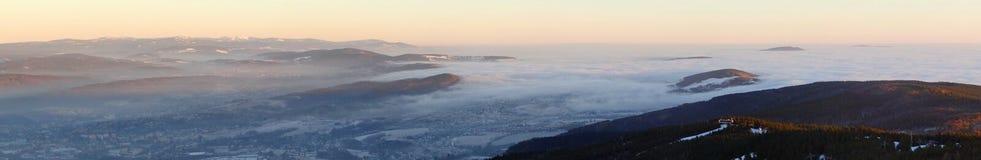 Nubes que fluyen, visión desde la colina bromeada Fotografía de archivo libre de regalías