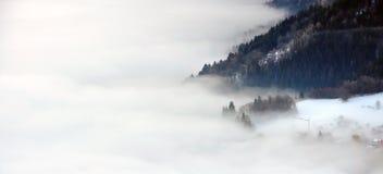 Nubes que llenan el valle Fotos de archivo libres de regalías