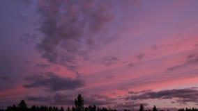 Nubes que mueven el cielo encendido de oscurecimiento, escena del lapso de tiempo almacen de metraje de vídeo