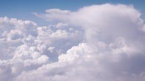 Nubes que mueven encendido un cielo azul almacen de metraje de vídeo