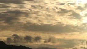 Nubes que pasan en una puesta del sol caliente del día almacen de metraje de vídeo