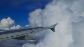 Nubes que pasan por apagado la derecha almacen de metraje de vídeo