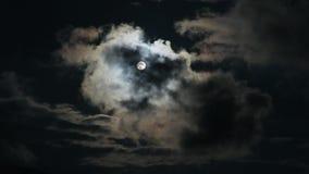 Nubes que pasan por la luna en la noche en las montañas Luna Llena en la noche con tiempo real de las nubes almacen de video