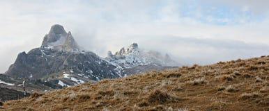 Nubes que pasan sobre el pico de los moutains Foto de archivo libre de regalías