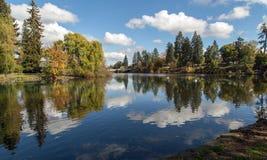 Nubes que reflejan, charca del espejo, curva Fotografía de archivo libre de regalías