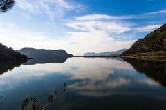 Nubes que reflejan en el lago Koycegiz, Mugla, Turquía Imagen de archivo