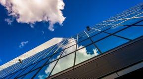 Nubes que reflejan en John Hancock Building Fotos de archivo libres de regalías