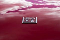 Nubes que reflejan en la pintura roja de Ford clásico fotografía de archivo