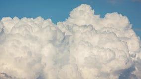 Nubes que remolinan en el cielo