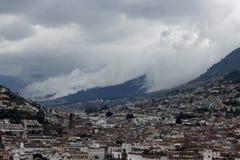 Nubes que ruedan abajo la montaña en Quito, Ecuador Imagen de archivo libre de regalías