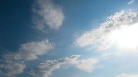 Nubes que se mueven en el cielo azul