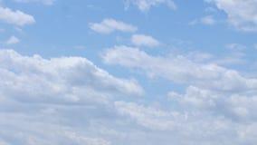Nubes que se mueven en el cielo azul metrajes