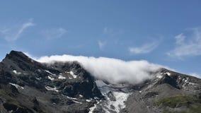 Nubes que se mueven en los picos de la cordillera de las montañas almacen de video