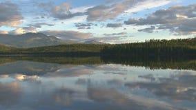 Nubes que se mueven sobre el lago de la montaña almacen de video
