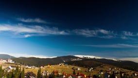 Nubes que se mueven sobre las montañas Lapso de tiempo almacen de metraje de vídeo