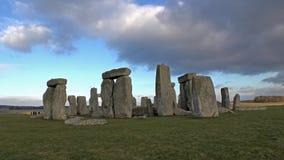 Nubes que se mueven sobre Stonehenge almacen de video