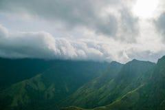 Nubes que se mueven sobre una montaña Fotografía de archivo libre de regalías