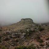 Nubes que tocan la tierra en las montañas de la primavera Fotografía de archivo