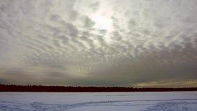 Nubes que vuelan en timelapse del invierno almacen de metraje de vídeo