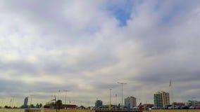 Nubes que vuelan sobre la playa metrajes