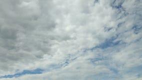 Nubes rápidas, nubes blancas que corren sobre el cielo azul El lapso de tiempo, nubes de tormenta levanta, revela la formación to metrajes