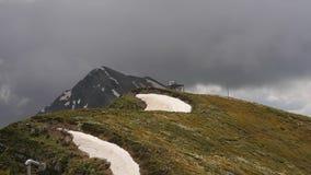 Nubes rápidas de mudanza en el panorama del top de montañas del khutor del roza almacen de video