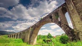 Nubes rápidas de Timelapse sobre el puente de piedra metrajes