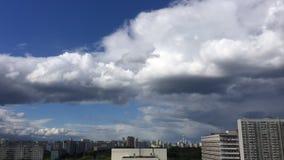 Nubes rápidas en la ciudad almacen de metraje de vídeo