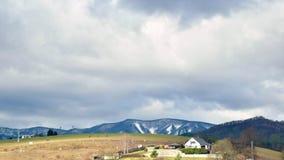 Nubes rápidas sobre casa en el top de la colina Timelapse del paisaje sobre Banska Bystrica, Eslovaquia, Europa Central C almacen de metraje de vídeo