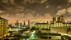 Nubes rápidas sobre horizonte de la ciudad de Bangkok en la noche, Timelpase en HDR almacen de metraje de vídeo