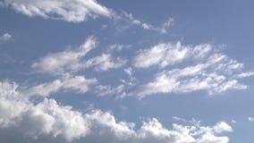 Nubes reales sobre el cielo almacen de metraje de vídeo