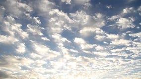 Nubes reales sobre el cielo en la salida del sol almacen de video
